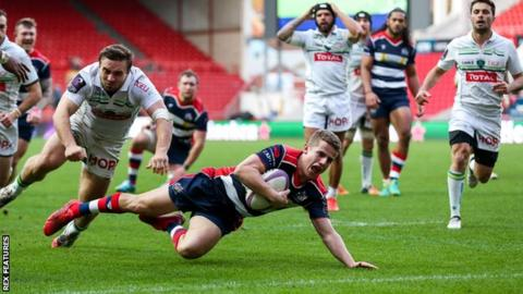 Bristol's Billy Searle scores a try against Pau
