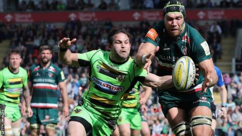 Cobus Reinach of Northampton battles for the loose ball with Graham Kitchener