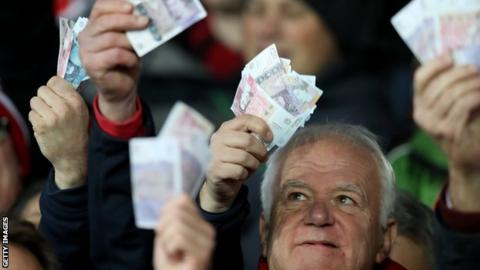 Owen Farrell Gloucester fans waved money ate Saracens in reference to their salary cap fine