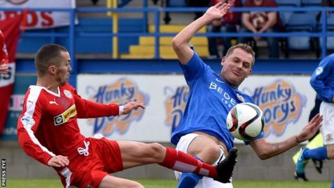 Martin Donnelly challenges Ciaran Caldwell during a game between Cliftonville and Glenavon in 2015