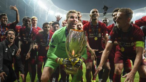 ISTANBUL, TURKEY - AUGUST 14: Adrian of Liverpool lifts the UEFA Super Cup trophy as Liverpool celebrates victory following the UEFA Super Cup match between Liverpool and Chelsea at Vodafone Park on August 14, 2019 in Istanbul, Turkey. (Photo by Michael Regan/Getty Images) (Photo by Michael Regan/Getty Images)