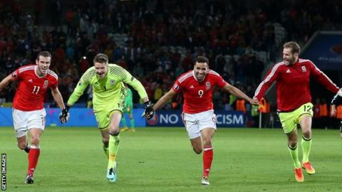 Gareth Bale, Wayne Hennessey, Hal Robson Kanu and Owain Fôn Williams celebrate with Wales