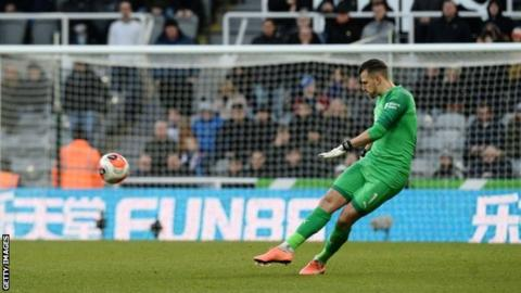 Martin Dubravka: Newcastle goalkeeper ruled out until April with knee injury