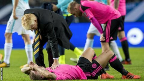 Gordon Strachan consoles Leigh Griffiths at full-time in Slovenia