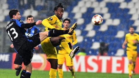 Dortmund's Michy Batshuayi challenges Atlanta defender Mattia Caldara for the ball.