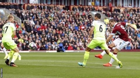 Sam Vokes scores Burnley's goal