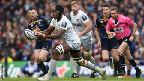 Maro Itoje passes the ball against Leinster