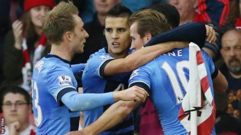 Tottenham players celebrate Harry Kane's opening goal