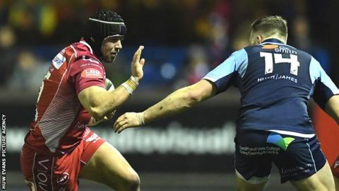 Liam Williams Leigh Halfpenny takes on Cardiff Blues defence