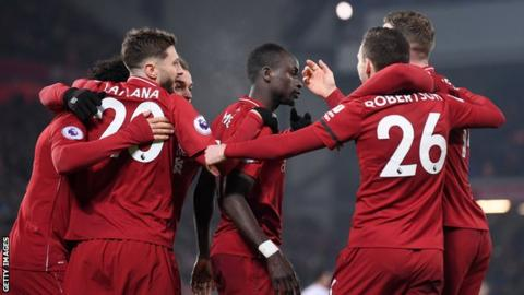 Liverpool players celebrate Sadio Mane's late goal