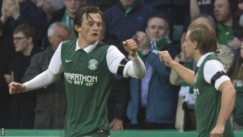 Hibs goalscorer Liam Henderson (left) celebrates with Jason Cummings