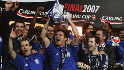 Frank Lampard lifts the EFL Cup in 2007
