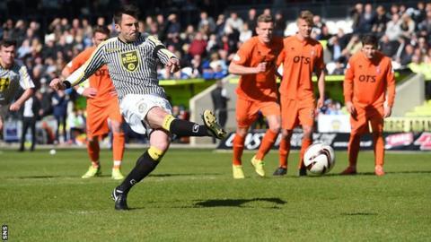 St Mirren striker Steven Thompson scoring against Kilmarnock