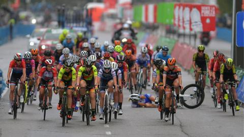 Madrid, Spain, September 15: A crash occurs during the WNT Madrid Challenge (Photo by Justin Setterfield/Getty Images).