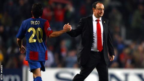 Rafael Benitez shakes hand with Barcelona's Deco