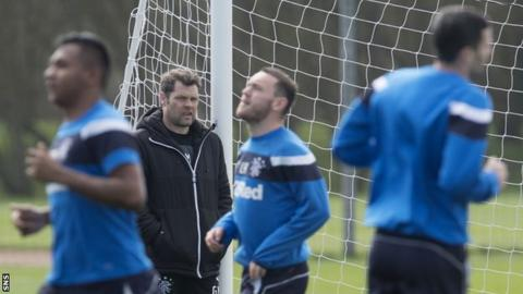 Graeme Murty oversees Rangers training