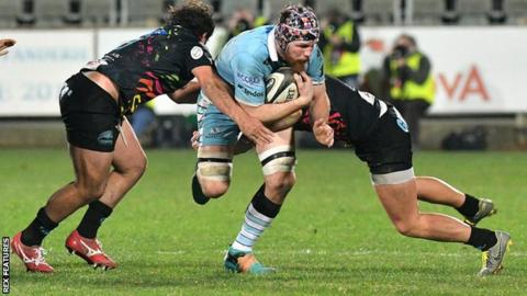 Tim Swinson carries ball for Glasgow Warriors against Zebre