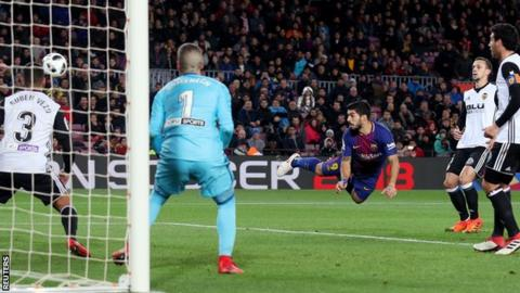 Suarez scores as Barcelona beats Valencia 1-0 in Copa semis