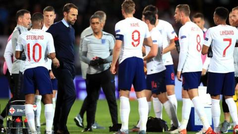 England manager Gareth Southgate speaks to his players before extra time in the Nations League semi-final against the Netherlands