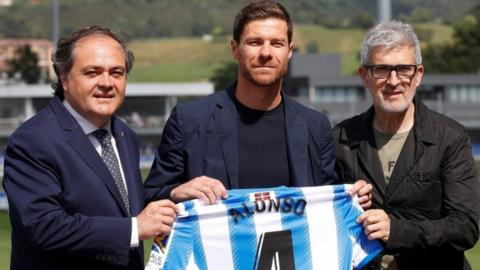Xabi Alonso with Real Sociedad club president Jokin Aperribay and sports director Robert Olabe