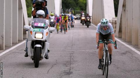 Lizzy Banks en route to stage eight victory at Giro Rosa