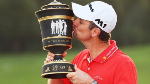 Justin Rose kisses the trophy