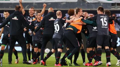 Werder Bremen players celebrate during their draw at Heidenheim