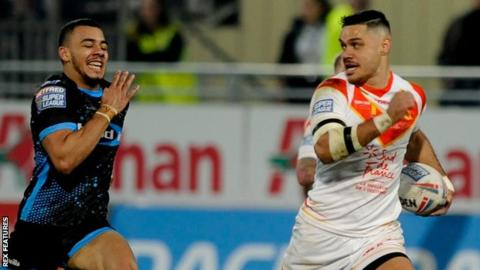 Brayden Wiliame outpaces Darnell McIntosh to score for Catalans