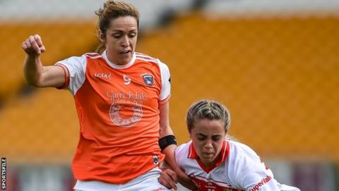 Caroline O'Hanlon battles with Cork's Chloe Collins in Tullamore
