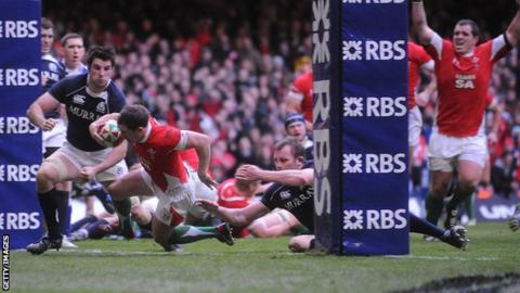 Shane Williams scores a try for Wales against Scotland in 2010
