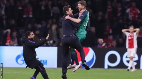 Ben Davies celebrates with Tottenham manager Mauricio Pochettino