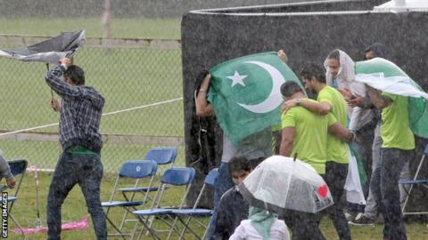 Pakistan fans shelter from the rain