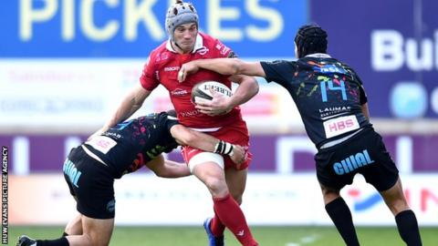 Jonathan Davies signed a new contract with the Scarlets alongside Ken Owens and Rob Evans in March 2019