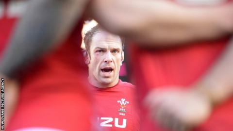 Alun Wyn Jones delivers a team talk to his Wales team