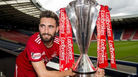 Aberdeen captain Graeme Shinnie with the Scottish Premiership trophy