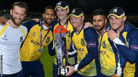 (From left) Jim Troughton, Varun Chopra, Chris Woakes, Ian Bell, Ateeq Javid and Laurie Evans celebrate the Bears' T20 Blast triumph in 2014