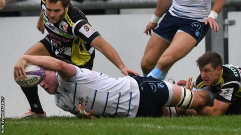 Seb Davies stretches over to score for Cardiff Blues against Calvisano