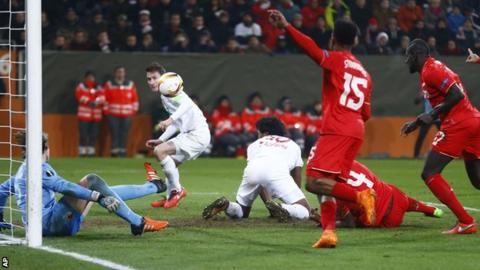 Marwin Hitz prevents Paul Verhaegh scoring an own goal
