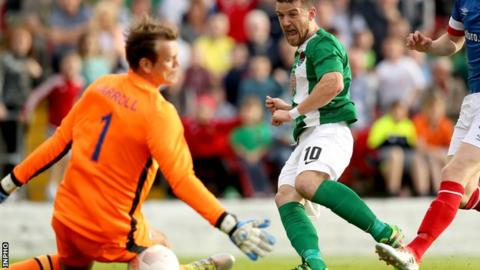 Linfield keeper Roy Carroll keeps out Steven Beattie's shot at Turner's Cross
