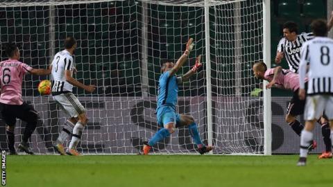 Mario Mandzukic heads Juventus' winning goal at Palermo