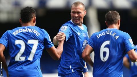 Duncan Ferguson (centre) celebrates with Everton