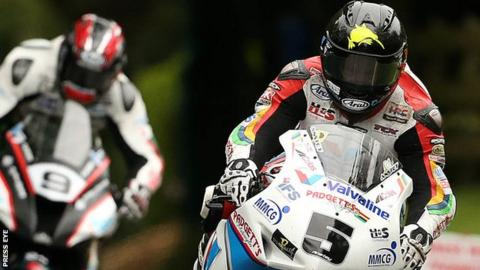 Bruce Anstey leads from Ian Hutchinson in the Superbike race