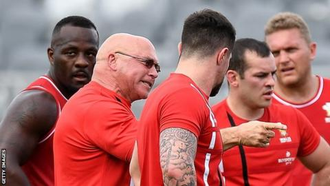 John Kear makes a point to his Wales team during training