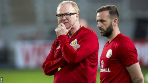Alex McLeish and James McFadden survey Scotland training