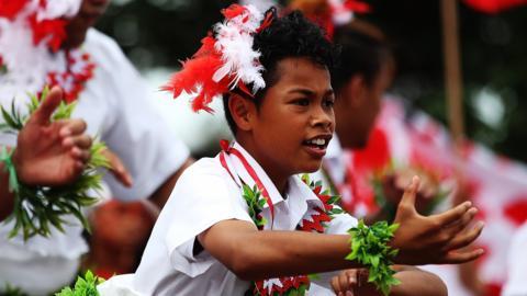 Tonga fan dancing