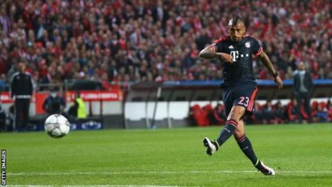 Arturo Vidal scores for Bayern Munich at Benfica