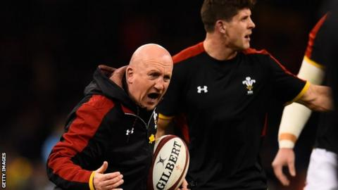 Shaun Edwards shouts orders during a Wales training run