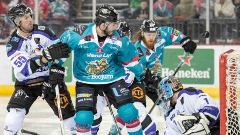 Braehead avenged their overtime defeat by Belfast on Sunday night