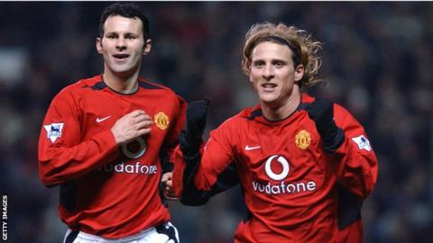 Diego Forlan (right) was team-mates with Ryan Giggs at Manchester United from 2002-2004