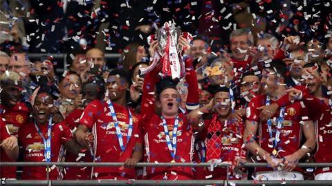 Wayne Rooney lifts 2017 EFL Cup